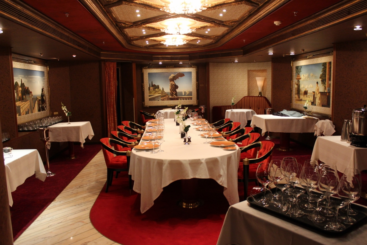 Some restaurants offer a separate private dining room which can be reserved in advanced for groups.