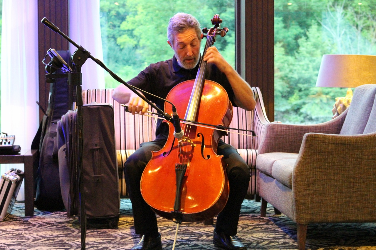 APT Wine Ambassador and professional cellist Nathan Waks performed for guests in the main lounge.